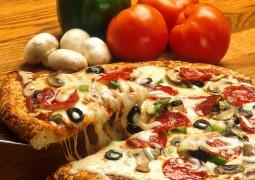 Pizza aux légumes et charcuterie