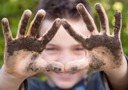 enfant qui joue avec la terre