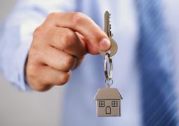 clé de maison avec porte clé en forme de maison