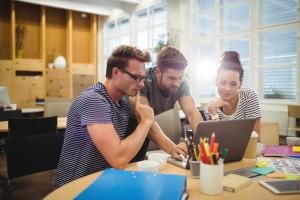3 designers autour d'un ordinateur