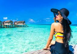 Femme au bord de l'eau avec un chapeau