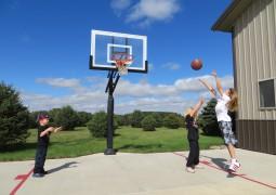 Trois enfants jouant au basket-ball