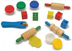 jouet en bois avec de la pâte à modeler