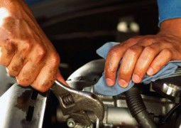 Mécaniciens travaillant sur un moteur