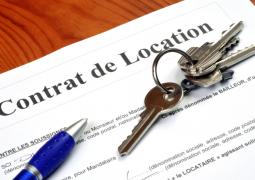papier avec écrit contrat de location avec un stylo et des clés