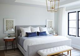 chambre clair et lumineuse avec le lit trônant au centre
