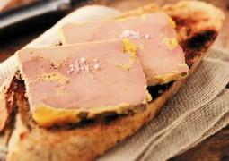 Foie gras sur des tranches de pain
