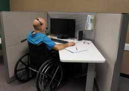 bureau aménagé pour une personne handicapée moteur