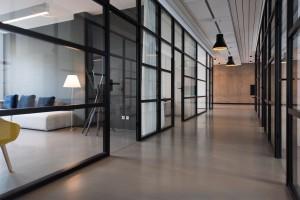 Grand bureaux aux cloisons de vitres