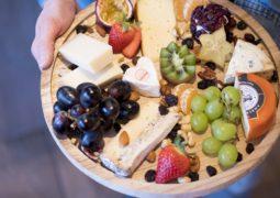 plateau de fromage et de fruits