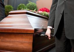 homme portant un cercueil